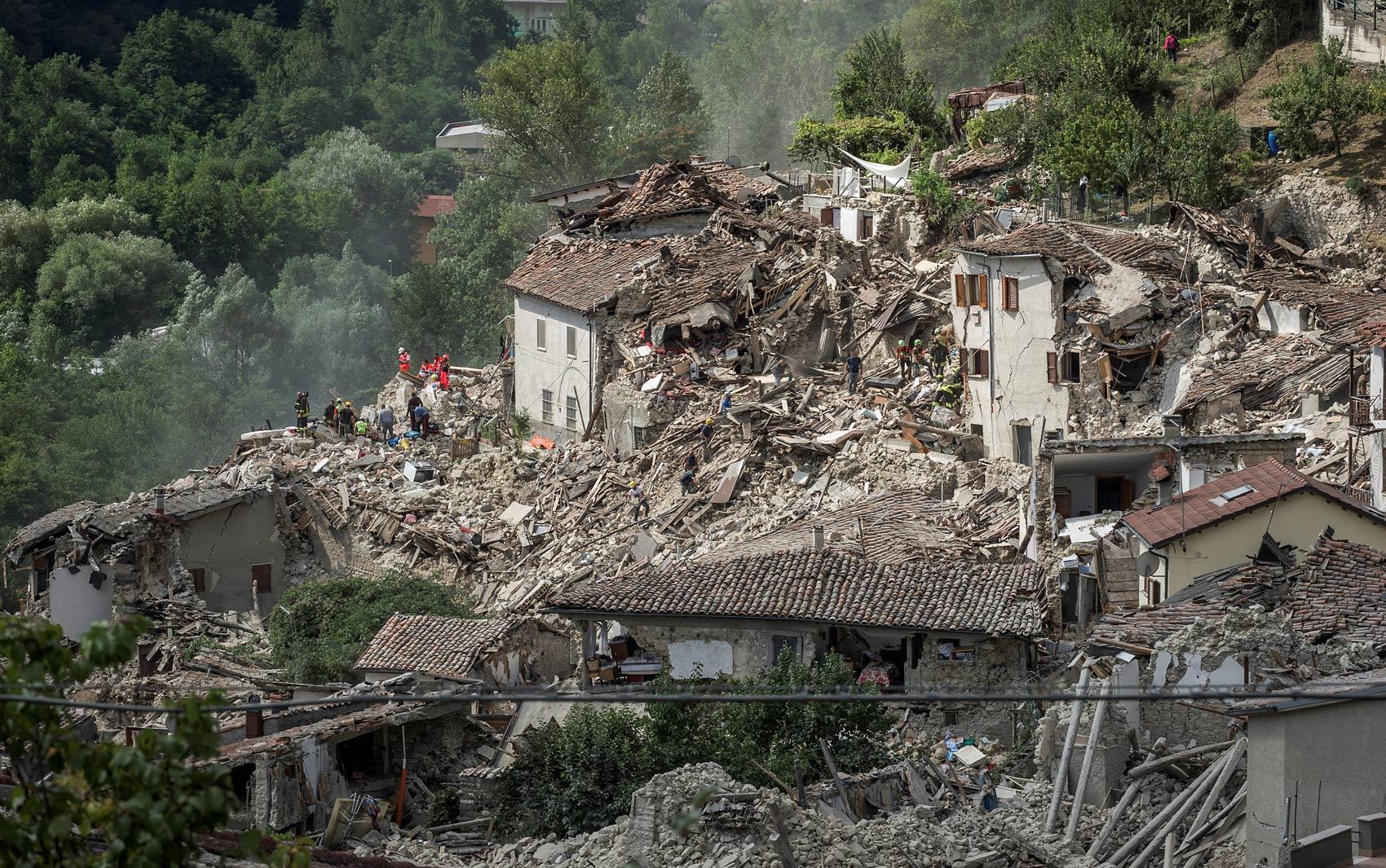 Equipe busca sobreviventes nos destroços deixados por terremoto que atingiu a cidade de Pescara del Tronto e outras da região central da Itália