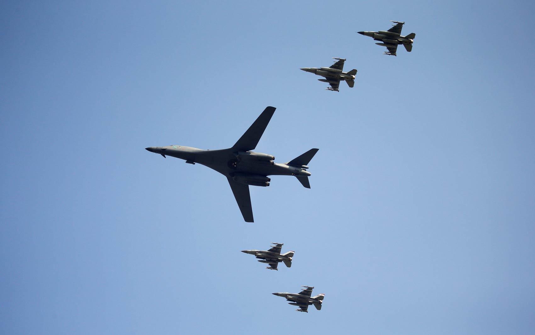 Um avião B-iB da Força Aérea Americana sobrevoa a base aérea de Osan em Pyeongtaek, na Coreia do Sul