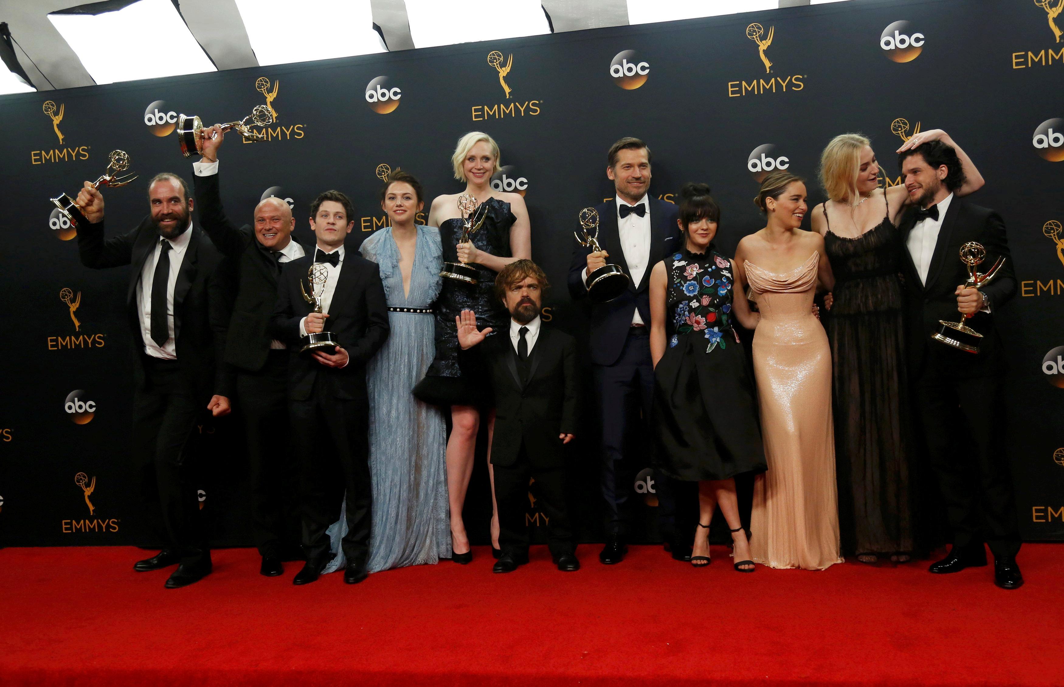 Elenco de 'Game of thrones' comemora prêmio de melhor série dramática após a cerimônia