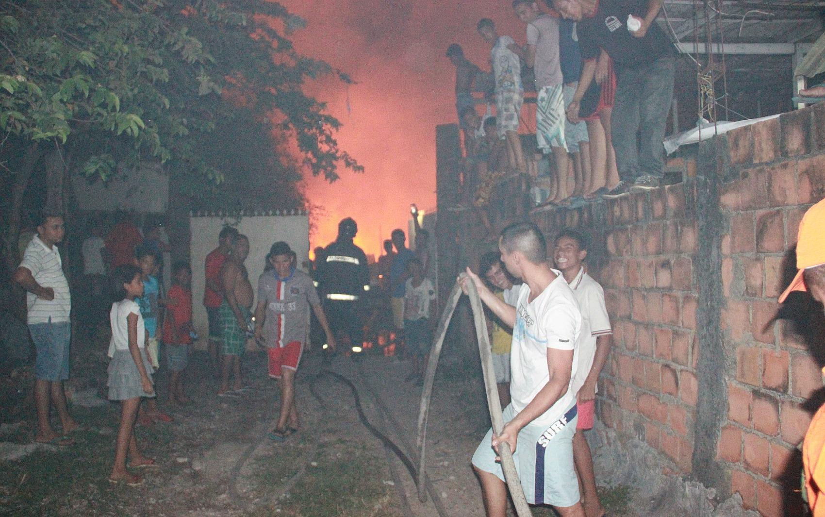 Moradores ajudam bombeiros a controlar o fogo