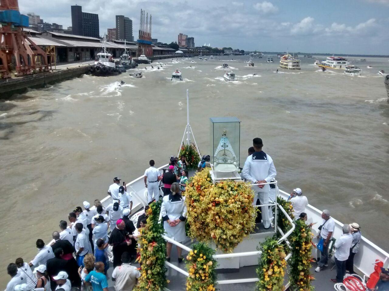 Durante o Círio Fluvial a Imagem Peregrina recebe homenagens de ribeirinhos pelos rios da Amazônia