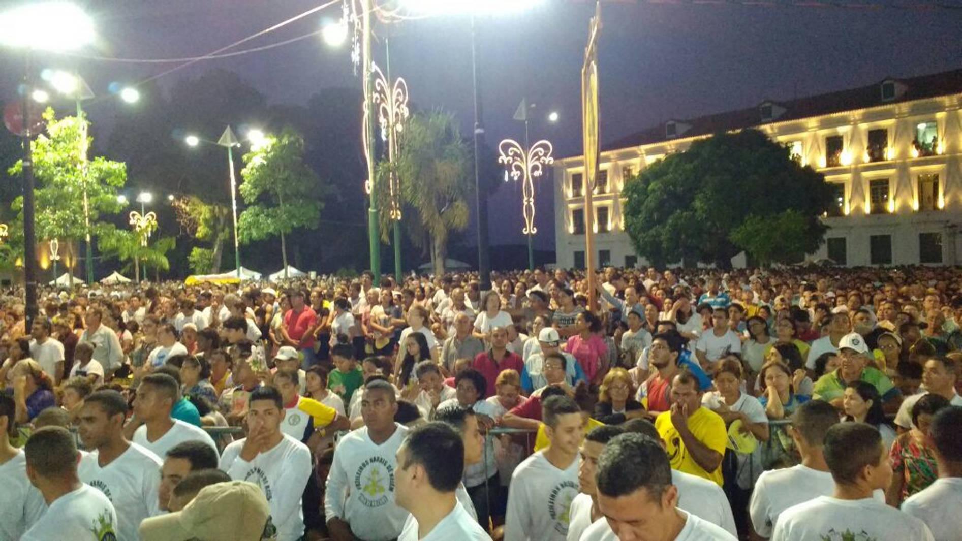 Multidão acompanha na praça Frei Caetano Brandão a missa que marca início da grande romaria do Círio de Nazaré 2016.