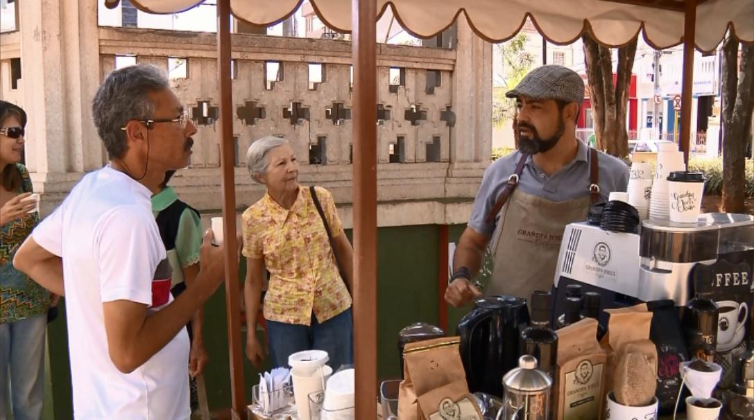 Casal produz café especial e já pensa em montar franquia da cafeteria-bicicleta (Foto: Reprodução EPTV)