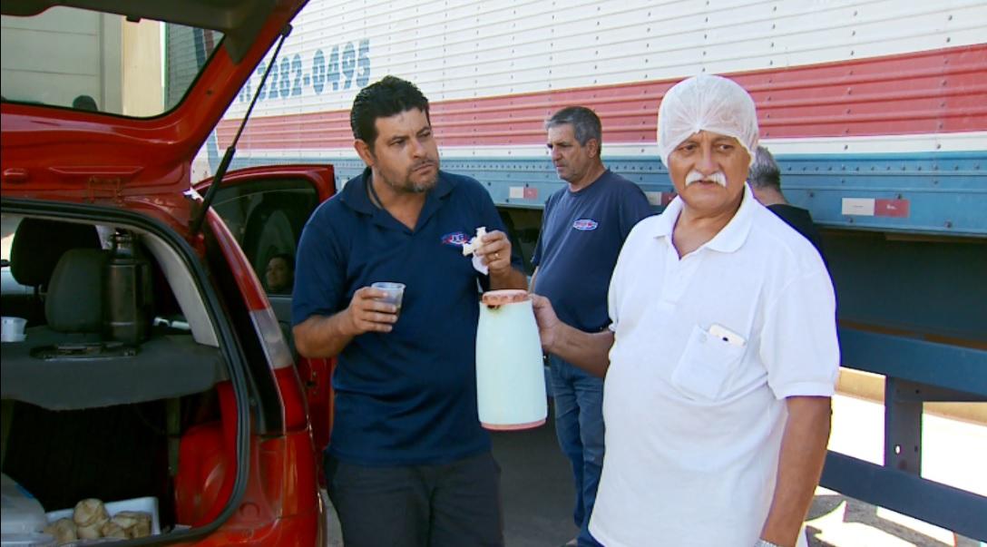 Seu Toninho serve quitutes do porta-malas de carro em Poços de Caldas, MG (Foto: Reprodução EPTV)