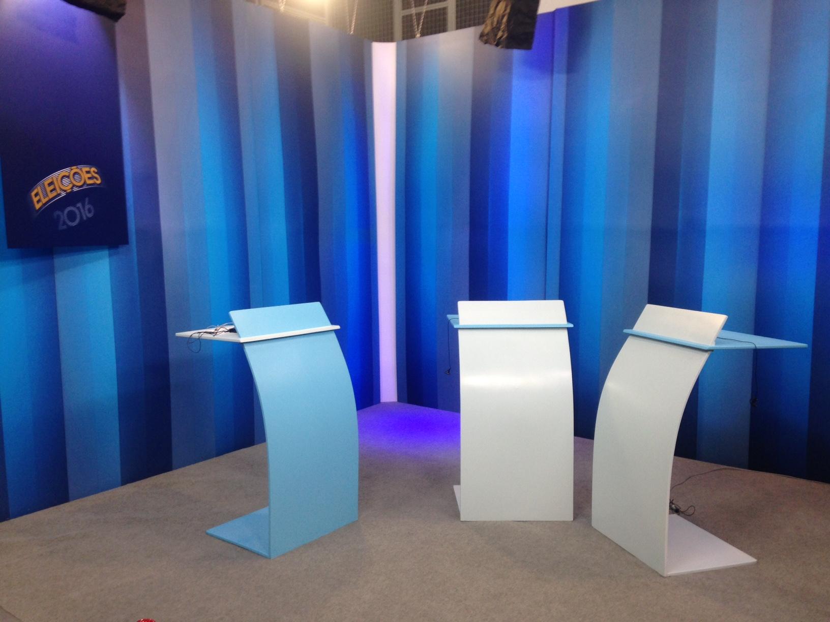 Cenário pronto para debate na TV Rio Sul