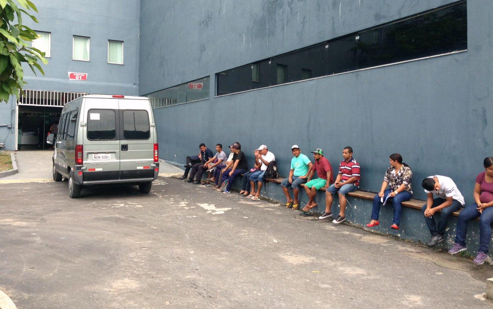 Eleitores aguardam na fila antes da abertura dos portões, em Manaus