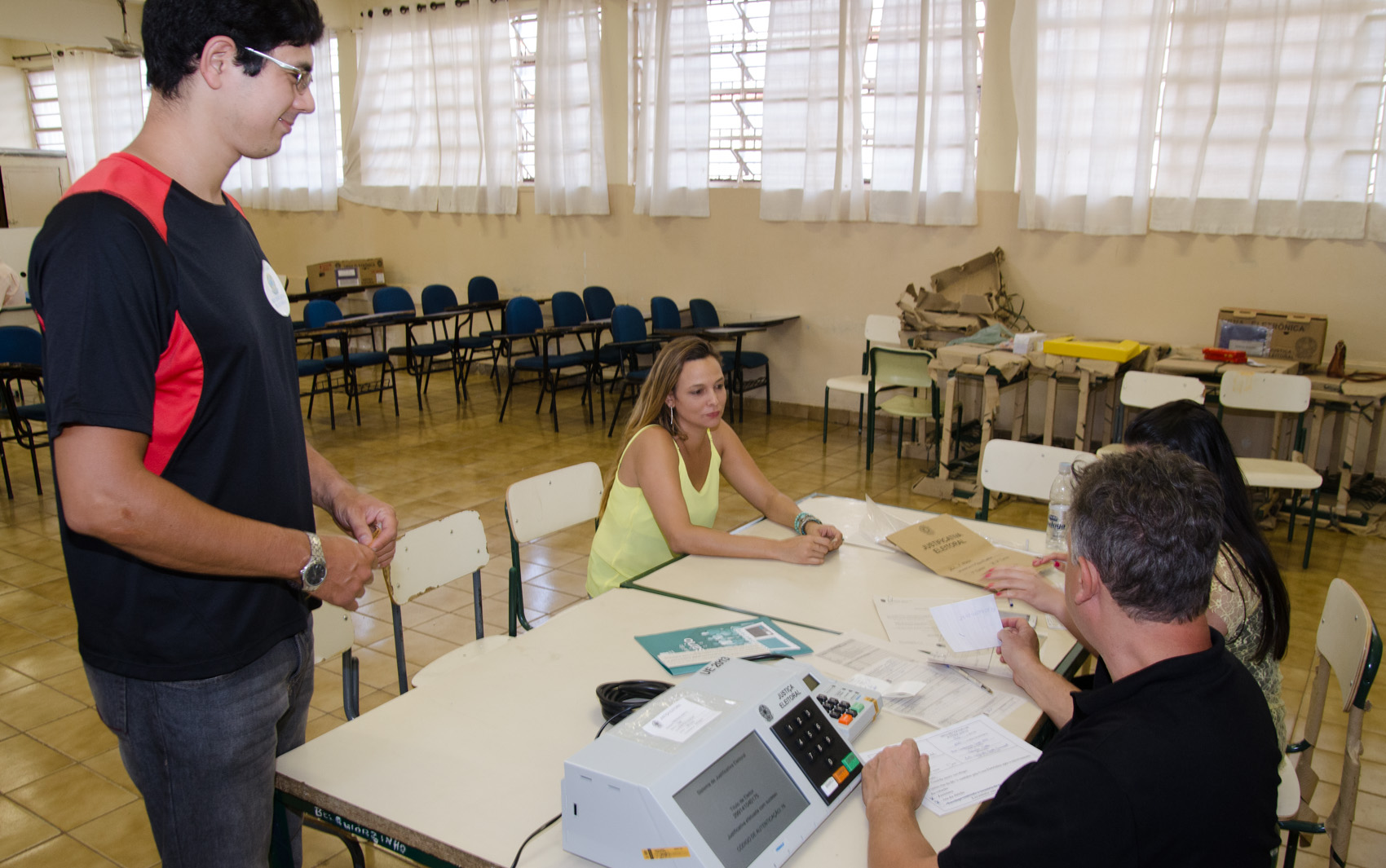 Eleitores votam na Escola Estadual Alberto Santos Dumont, em Ribeirão Preto