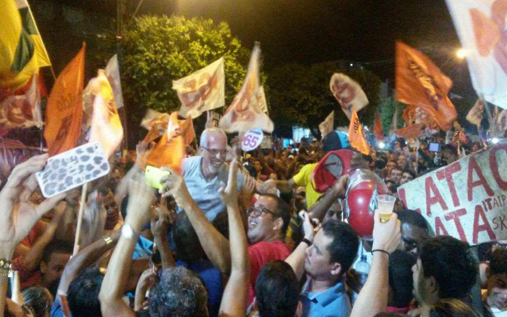 ARACAJU (SE): Edvaldo Nogueira comemora a vitória nos braços de seus eleitores