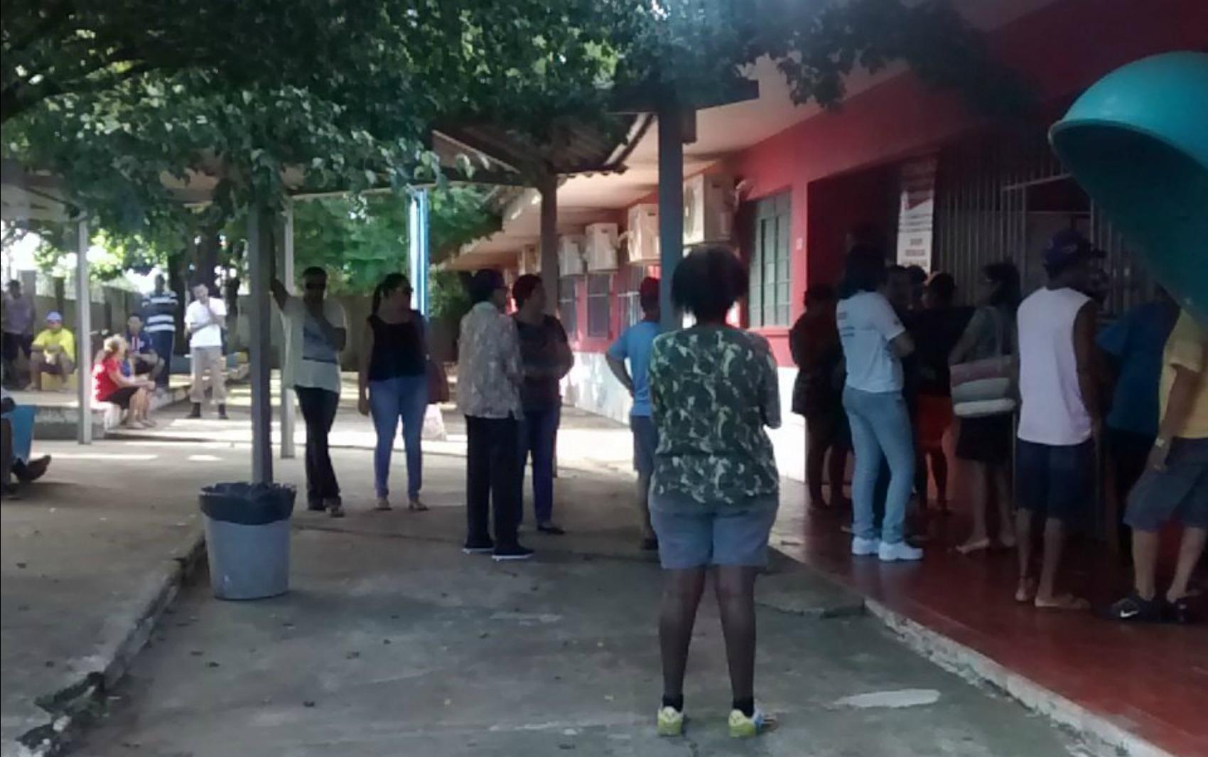 Eleitores aguardam abertura do portão na Escola Castelo Branco