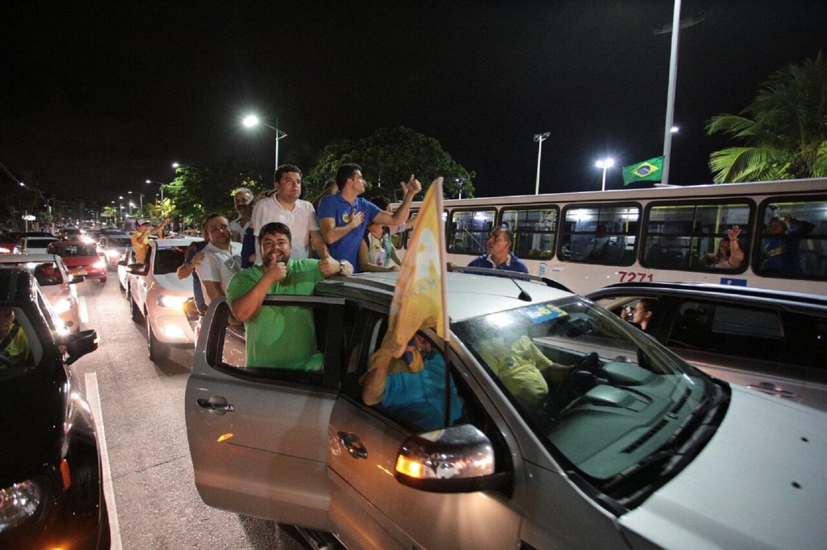 Prefeito Rui Palmeira sai em carreata para comemorar reeleição em Maceió