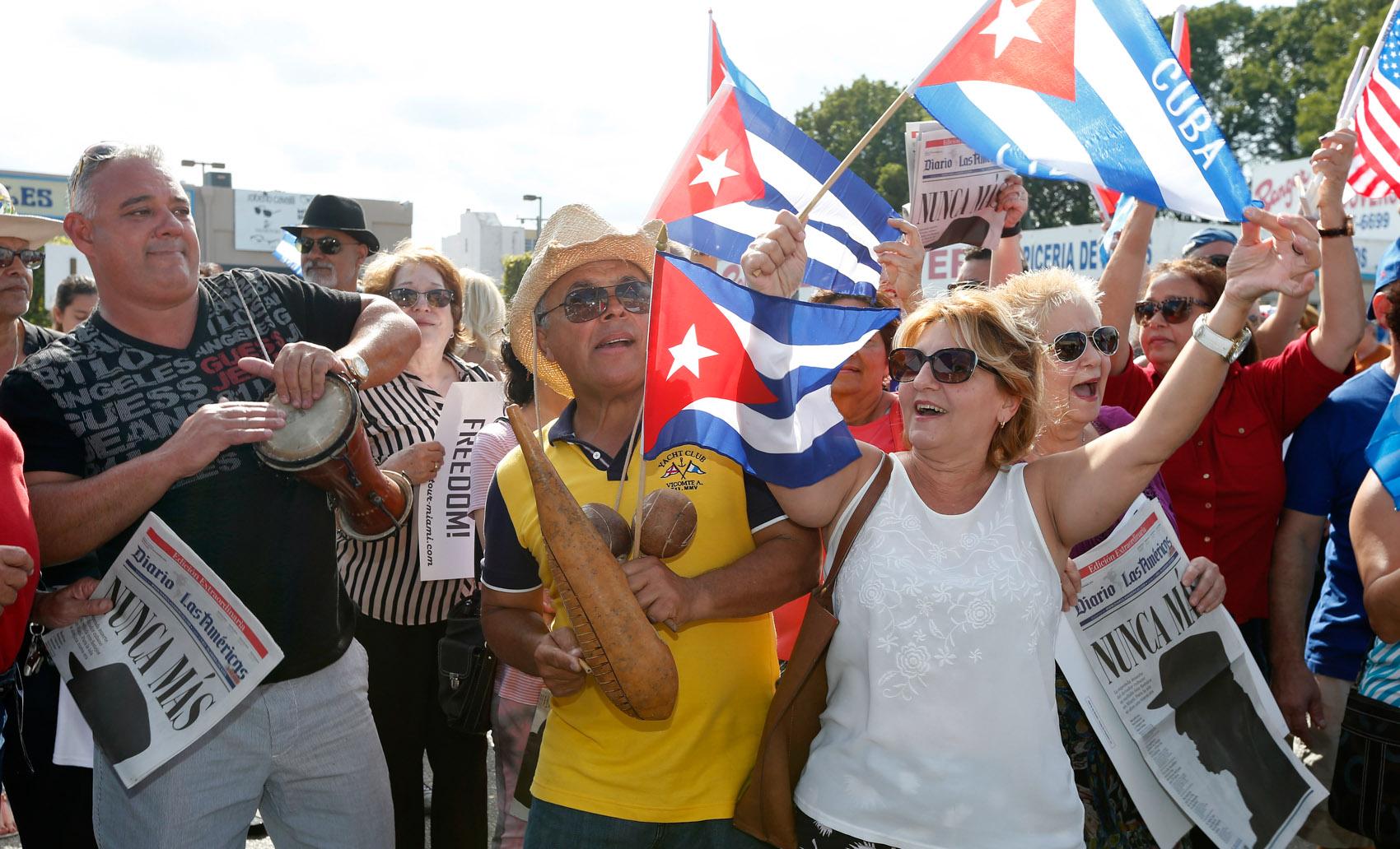 Cubanos comemoram a morte do ex-presidente Fidel Castro no bairro Little Havana em Miami, nos EUA