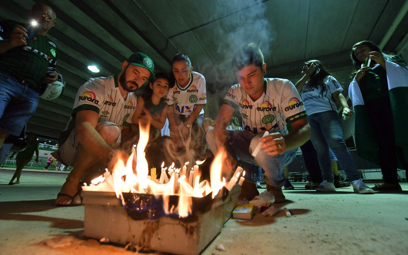 Torcedores da Chapecoense acendem velas na Arena Condá, em Chapecó (SC), para prestar homenagens às vítimas da queda do avião que levava o time para a Colômbia