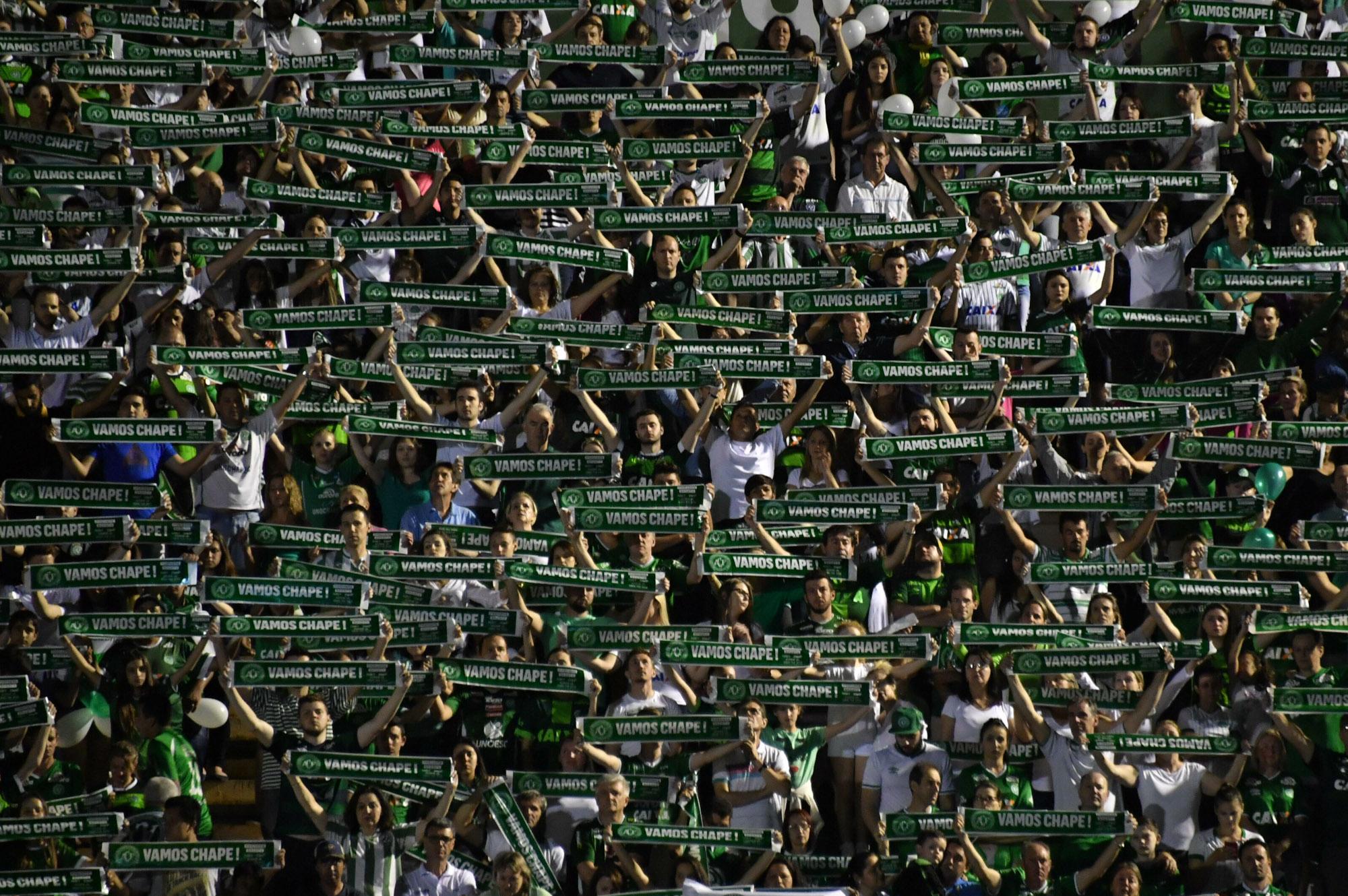 Torcedores da Chapecoense lotam a Arena Condá, em Chapecó (SC), em homenagem às vítimas da queda do avião que levava os jogadores do time para disputar a final da Copa sul-americana na Colômbia