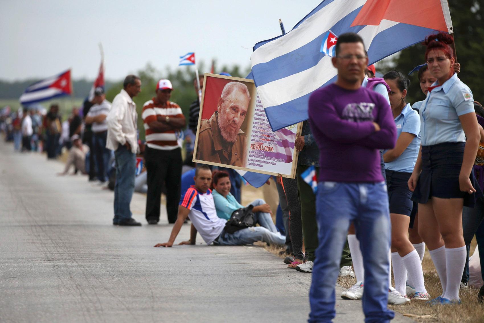 Pessoas se alinham na margem de uma estrada enquanto aguardam a caravana que carrega uma caixa com as cinzas do ex-presidente Fidel Castro em El Maja, Cuba