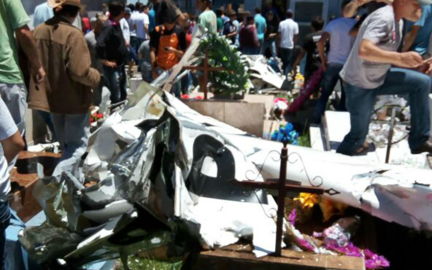 Avião cai em cemitério e mata piloto em Cruz Machado, no sul do Paraná