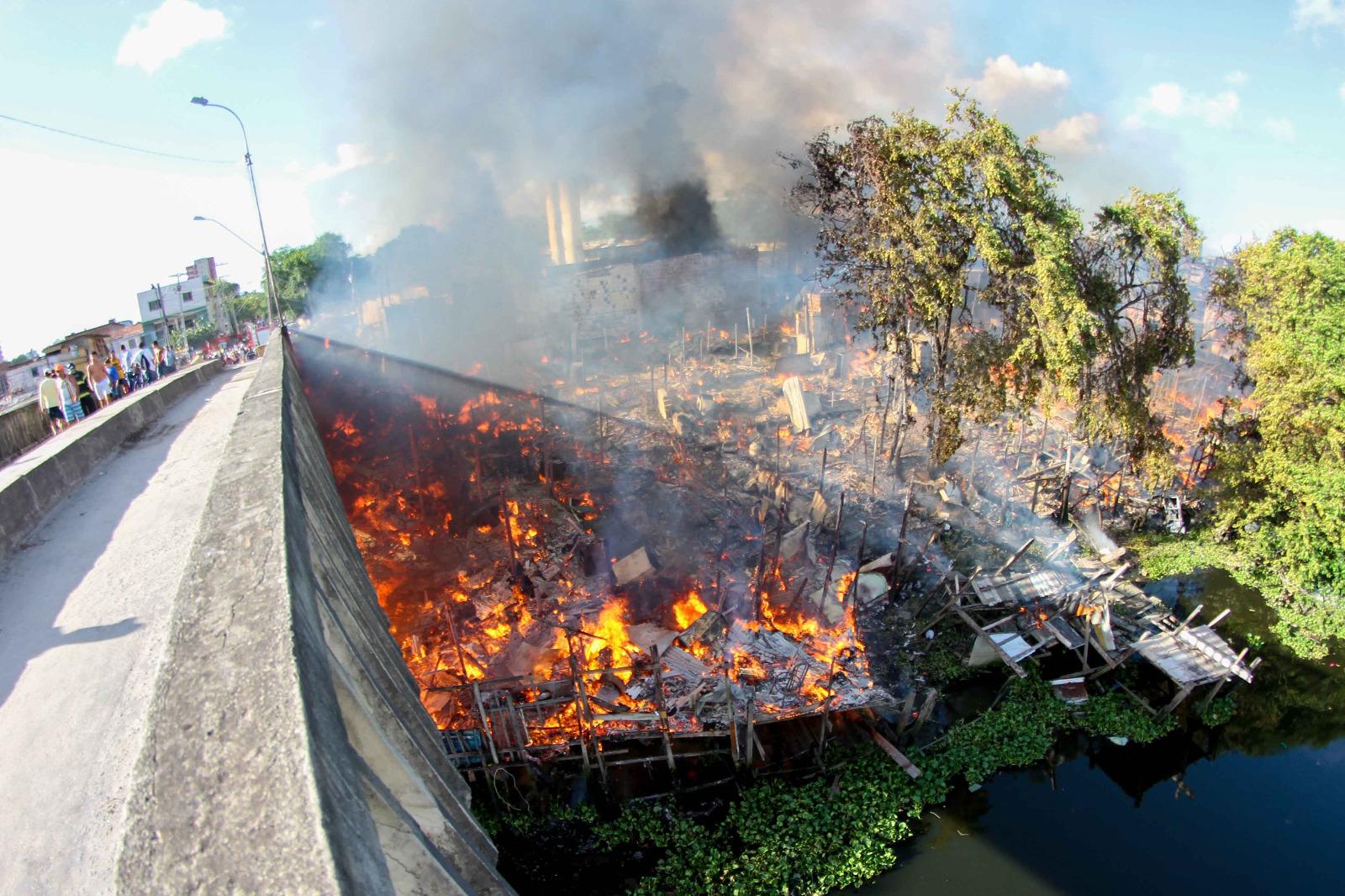 Atingida por um incêndio nesta segunda (12), a comunidade Santa Luzia fica às margens do Rio Capibaribe, no Recife