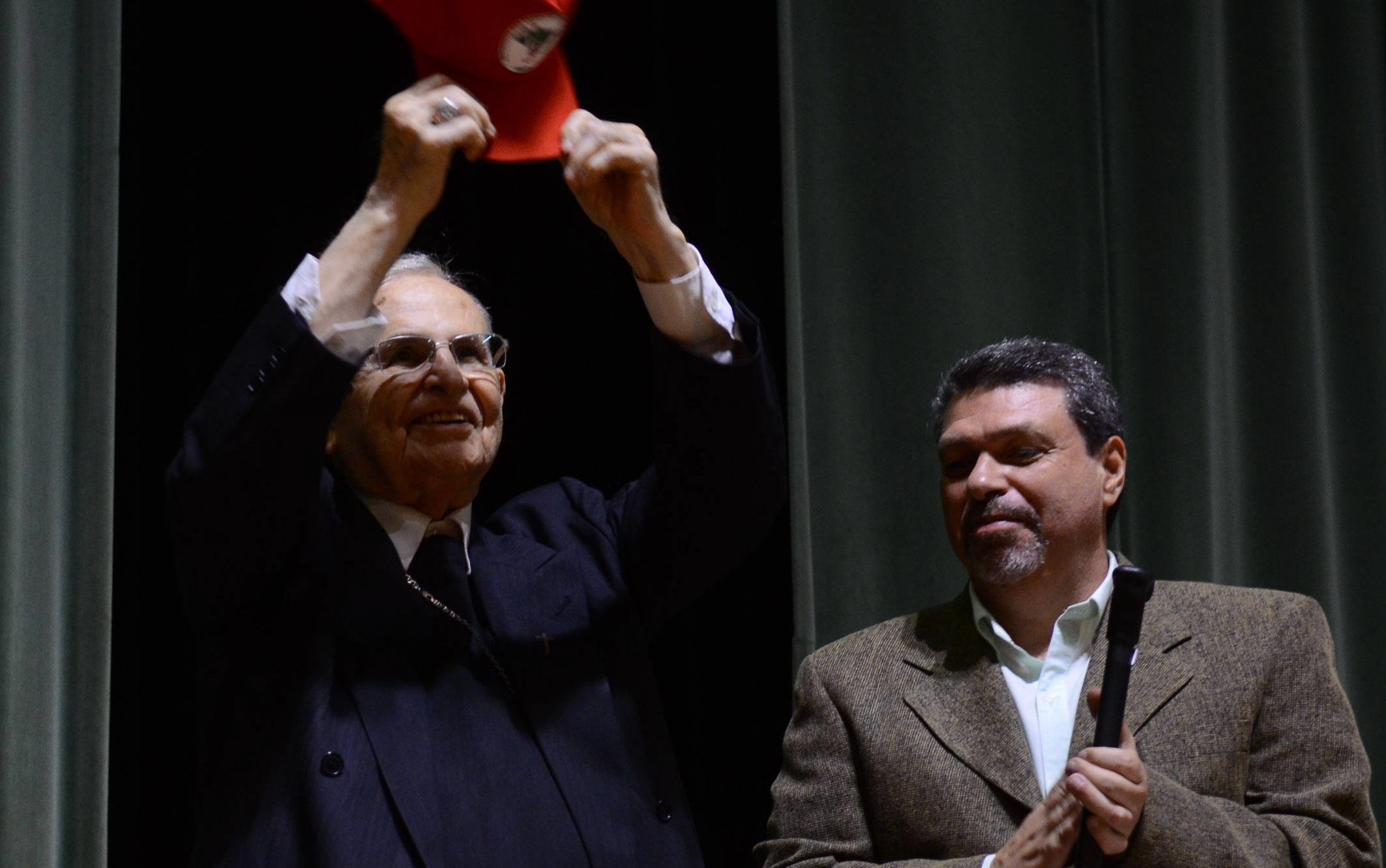 Dom Paulo Evaristo Arns exibe um boné do MST durante homenagem de lideranças na defesa dos direitos humanos aos seus 95 anos na Pontifícia Universidade Católica (PUC), em São Paulo, em outubro de 2016
