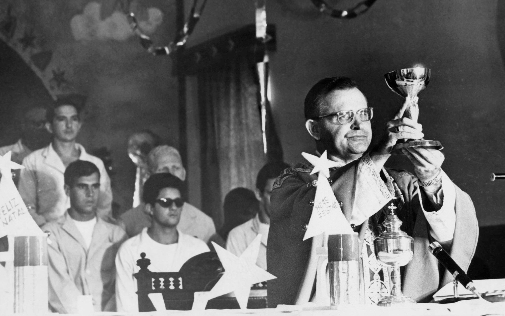 O então Bispo Auxiliar da Zona Norte de São Paulo, Dom Paulo Evaristo Arns, durante missa de fim de ano no Pavilhão 3 da Penitenciária do Carandiru, em São Paulo, em dezembro de 1968