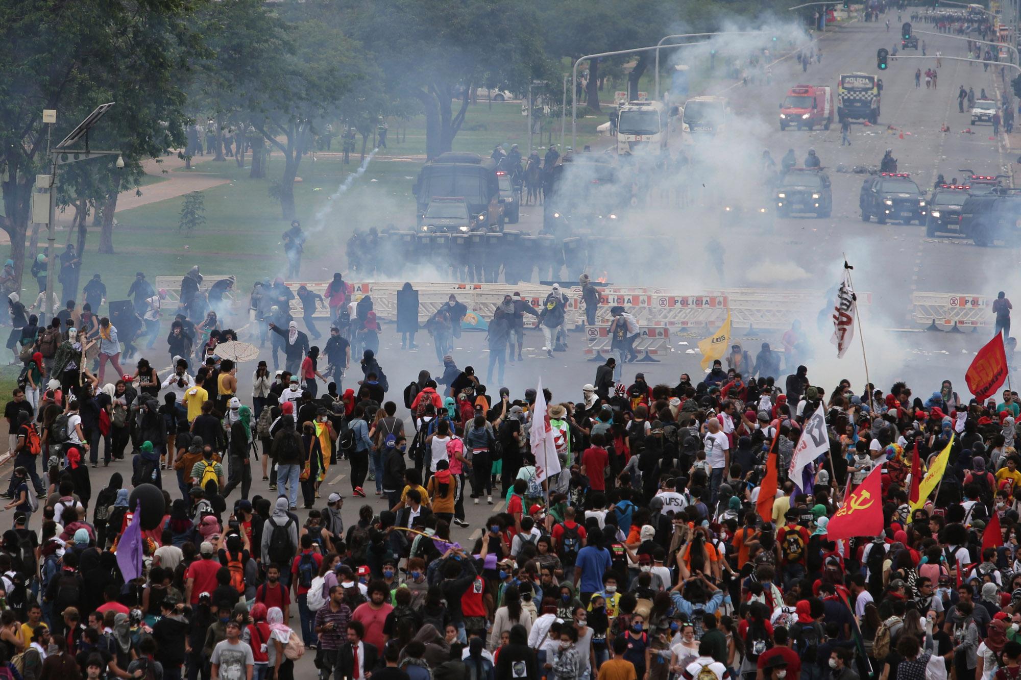 Manifestantes e policiais entram em confronto durante uma manifestação contra a PEC 55, que limita os gastos públicos para os próximos 20 anos, na Esplanada dos Ministérios, em Brasília