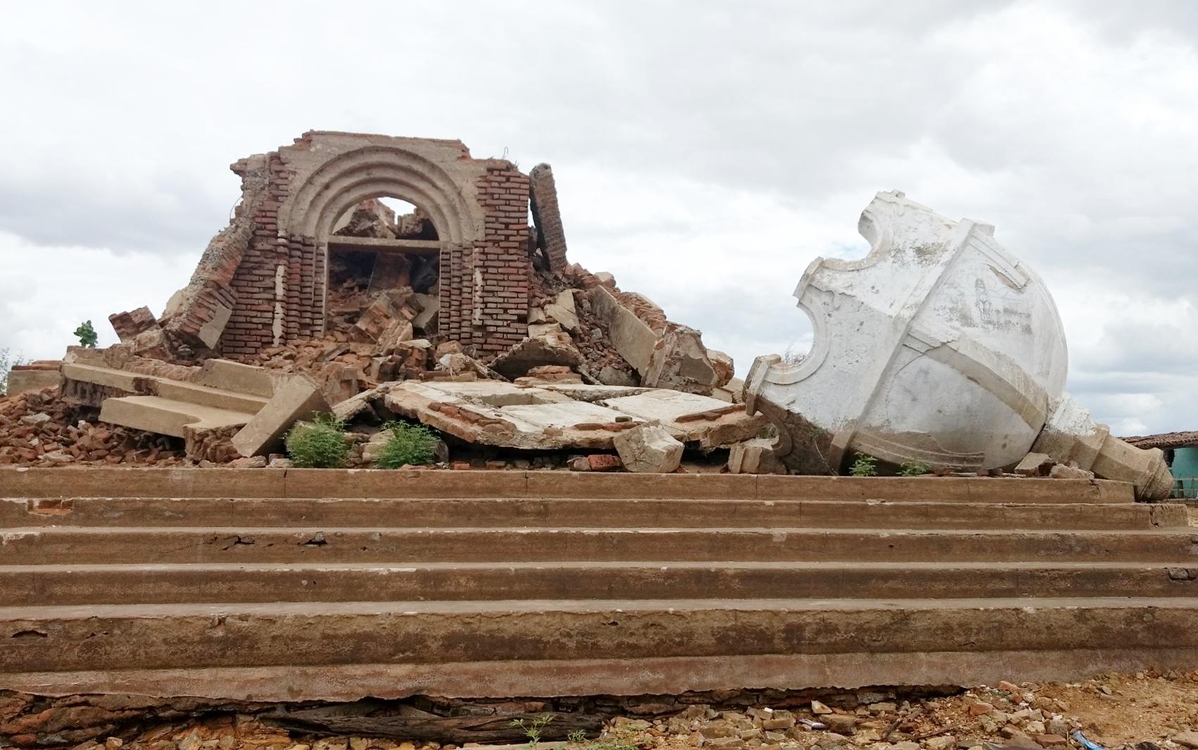 Água da Barragem Armando Ribeiro Gonçalves baixou tanto que é possível caminhar em volta da antiga igreja de São Rafael