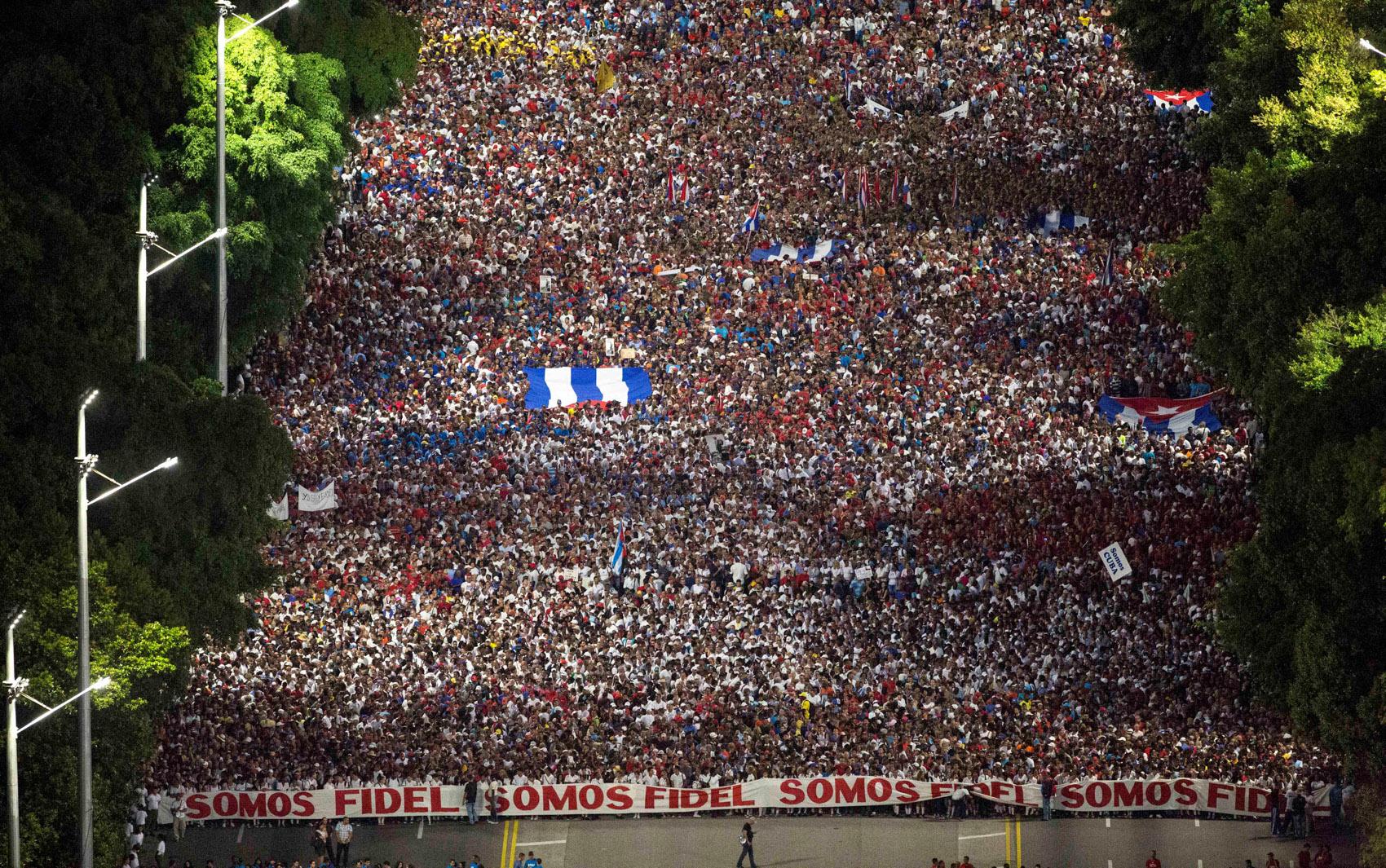 Pessoas participam de marcha em Havana, Cuba, para marcar o Dia das Forças Armadas e comemorar a chegada de Fidel Castro, Ernesto 'Che' Guevara e outros do México para iniciar a revolução em 1959