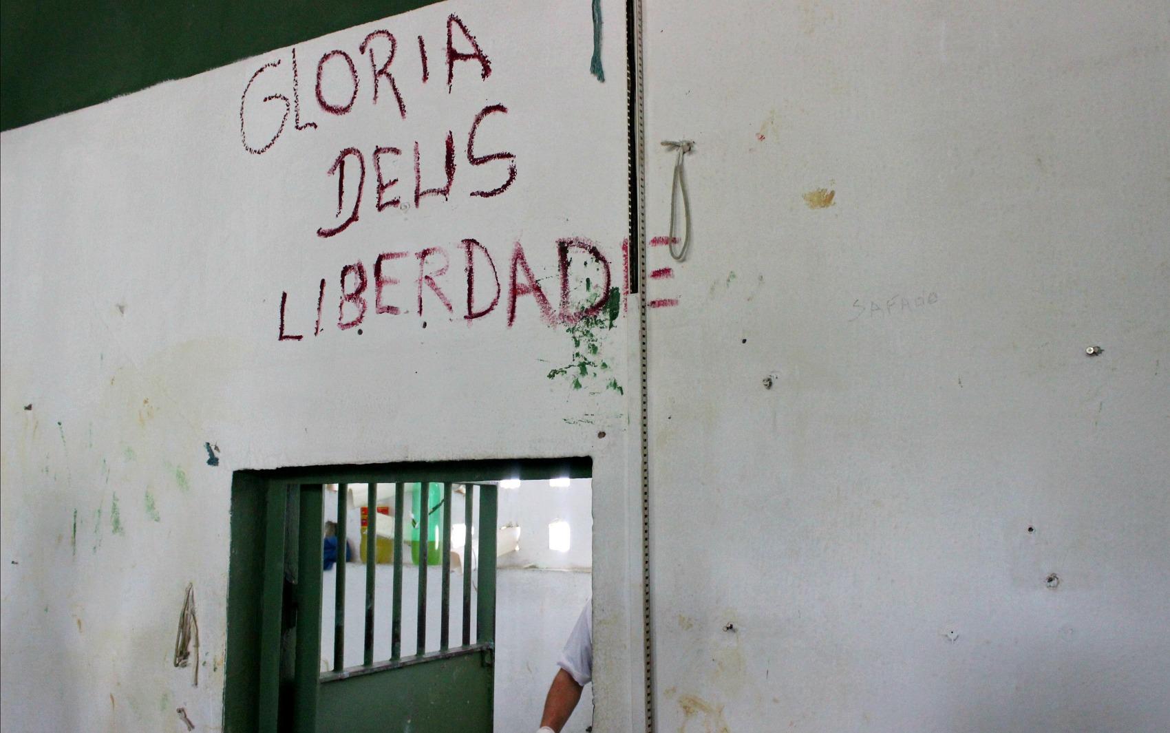 Dizeres bíblicos ilustram paredes de diferentes celas; foto foi tirada em junho de 2016