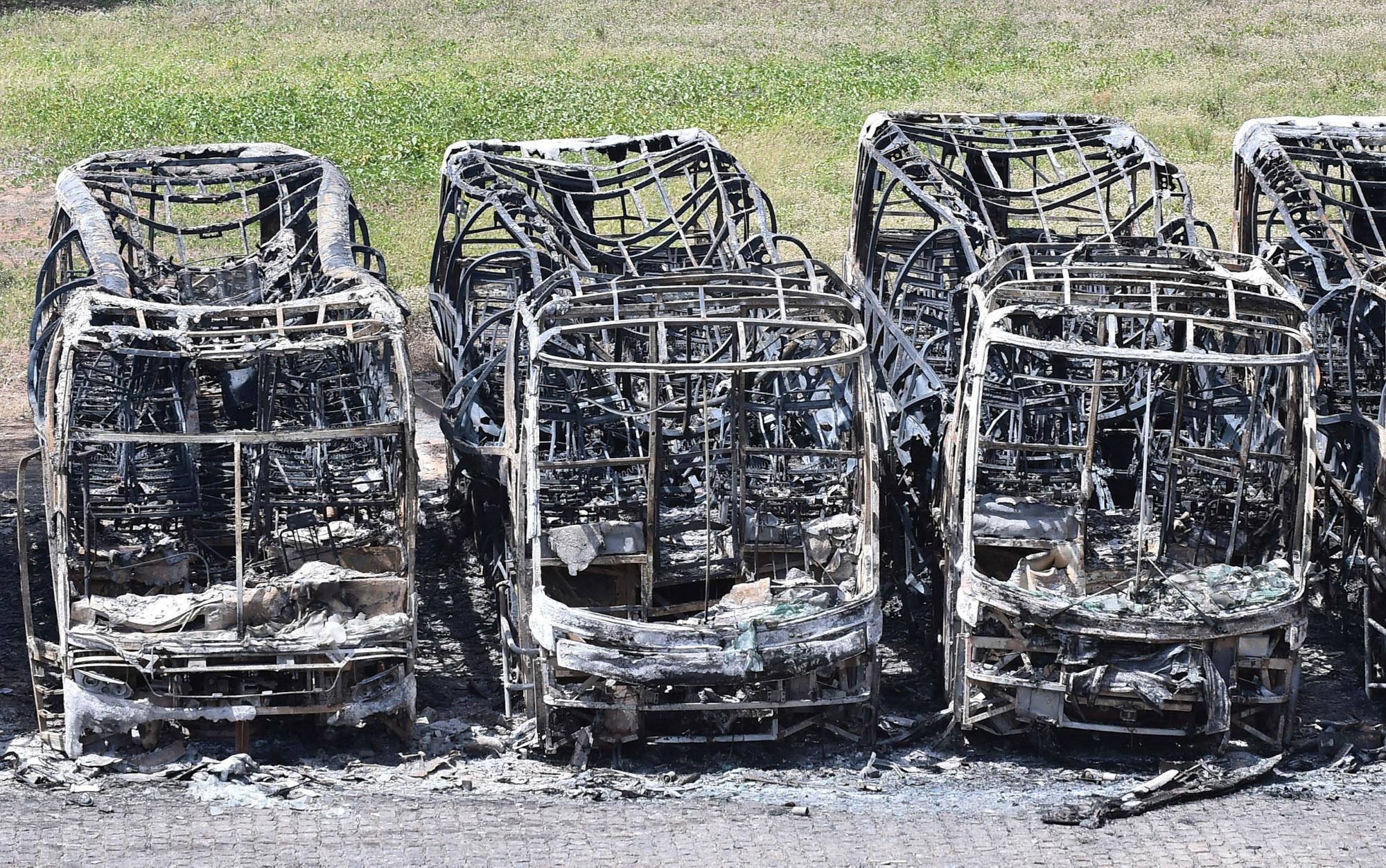 19/01 - Carcaças de ônibus queimados em protestos contra a transferência de presos de Alcaçuz para outras penitenciárias do Rio Grande do Norte são vistas em Natal