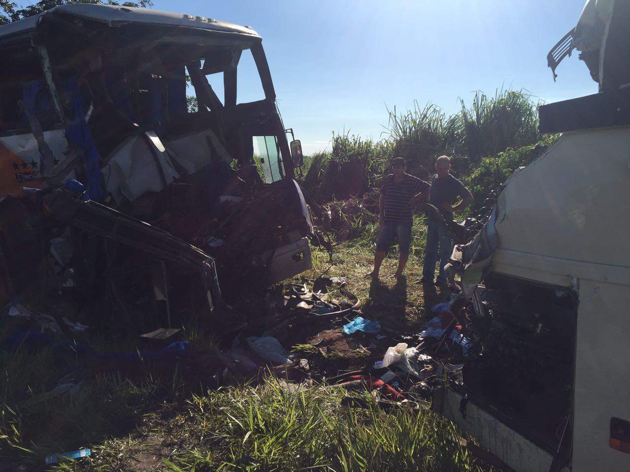 Colisão frontal entre os dois ônibus deixou mortos e feridos na SP-563