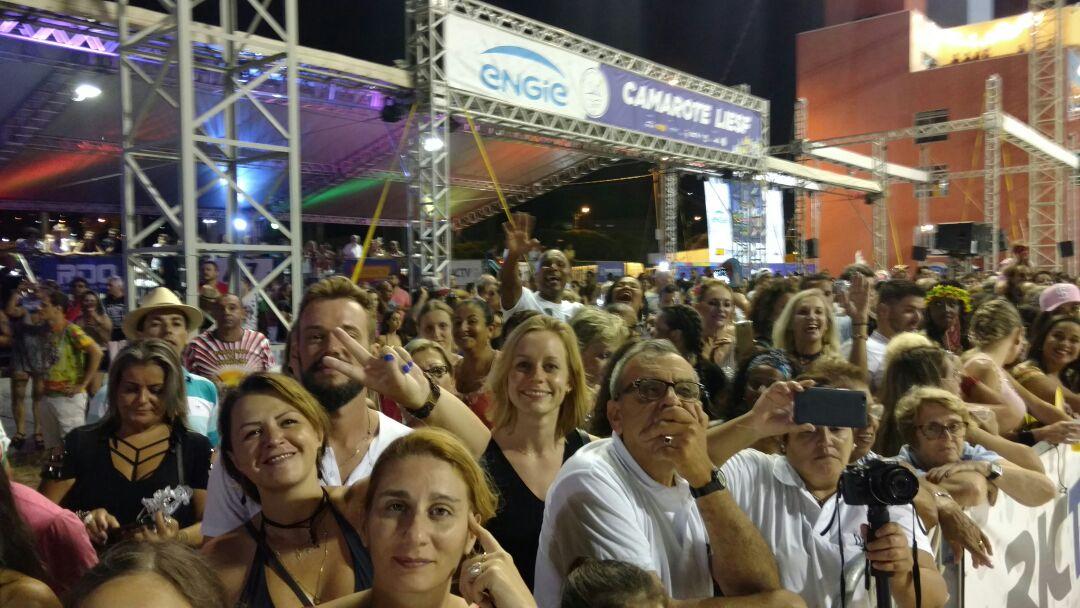 Público acompanha desfile na Passarela Nego Quirido