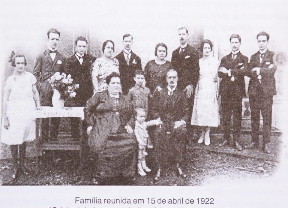 Uma das famílias pioneiras na cafeicultura da região, reunidas em 1922 em Guaxupé (Foto: Arquivo Pessoal / Ceres Rezende de Magalhães Almeida)
