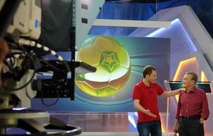 Estreia de cenário dos programas esportivos da Globo reúne gerações: Tiago Leifert e Léo Bastista (Foto: Gisele Gomes/TV Globo)