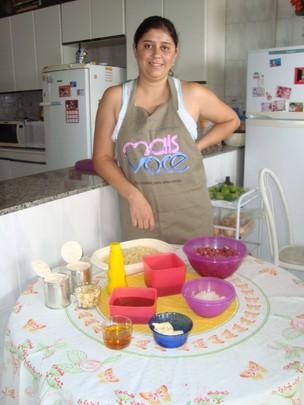 Priscila com os ingredientes da receita vencedora (Foto: Gabriela Cardoso / G1)