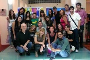 Louise Pires (direita, de preto) acompanhada do elenco e produção do Núcleo de Especiais da RBS TV (Foto: Arquivo Pessoal, Louise Pires)