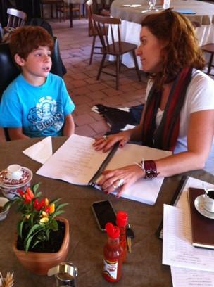 Kaic Crescente estudando roteiro com a preparadora de elenco Patrícia Carvalho-Oliveira (Foto: Jayme Monjardim)