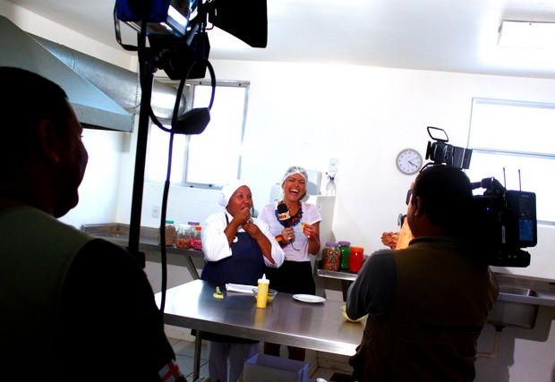 Rodaika aprende a fazer uma receita deliciosa na cozinha (Foto: Veronica De Giacomo)