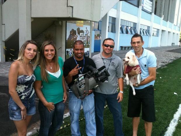 Equipe nos bastidores da matéria com Juba, artilheiro do Novo Hamburgo e do Gauchão (Foto: Divulgação, RBS TV)
