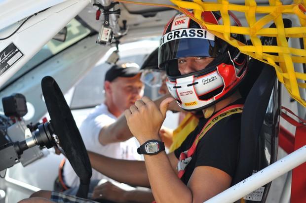Matheus e Lucas no carro de corrida (Foto: Paolo Reis)