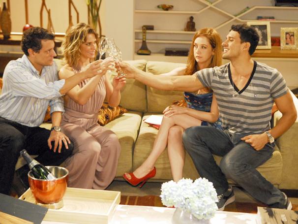 Gustavo, Betina, Malu e Marcelão brindam convite de casamento