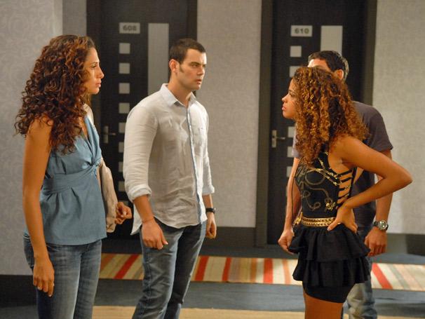 Rose (Camila Pitanga) e Alcino (Carmo Dalla Vechia) caem em armadilha