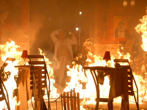 Garcia (Mario José Paz) se desespera ao ver seu restaurante destruído pelo fogo