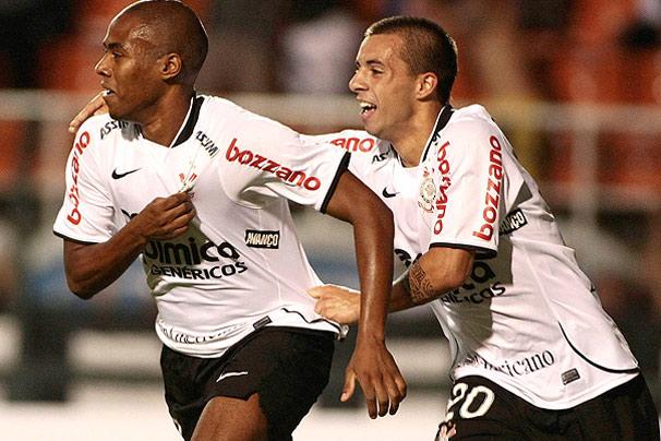 Elias comemora gol do Timão sobre Racing