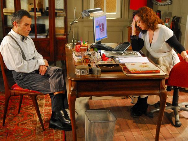 Fidélio (Ricardo Blat) e Hélia (Eliane Giardini) desconfiam