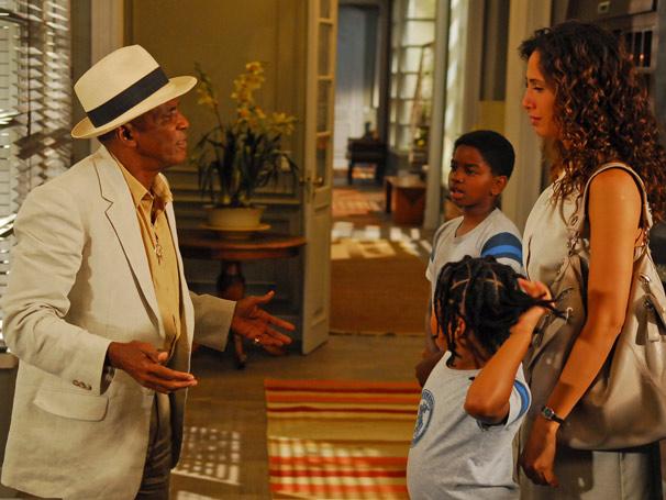 Rose (Camila Pitanga) reencontra sue pai, Miguel (Antônio Pitanga)