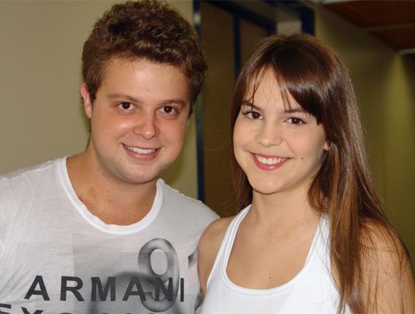 Henrique Ramiro, que vive Macau em Cama de Gato, chega ao estúdio C para gravar. Antes de entrar no camarim masculino, ele encontra a colega de elenco Bianca Salgueiro, intérprete de Eurídice.