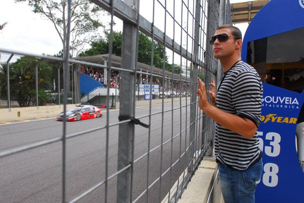 Passione: Danilo (Cauã Reymond) assiste à corrida do tio na Stock Car