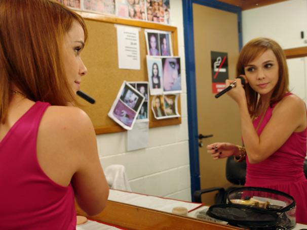 Débora Falabella no camarim do estúdio D retocando a maquiagem