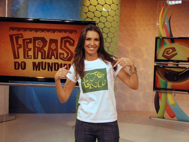 Glenda Kozlowski posa no estúdio com sua camiseta: O elefante, mascote preferido da apresentadora, ganhou até apelido