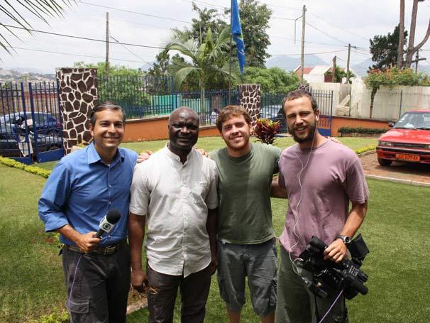 Repórter Renato Ribeiro, o ex-jogador Roger Milla, o cinegrafista Edu Bernardes e o produtor Rafael Pirrho, em Camarões.