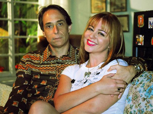 Agostinho (Pedro Cardoso) sente ciúmes de Bebel (Guta Stresser)
