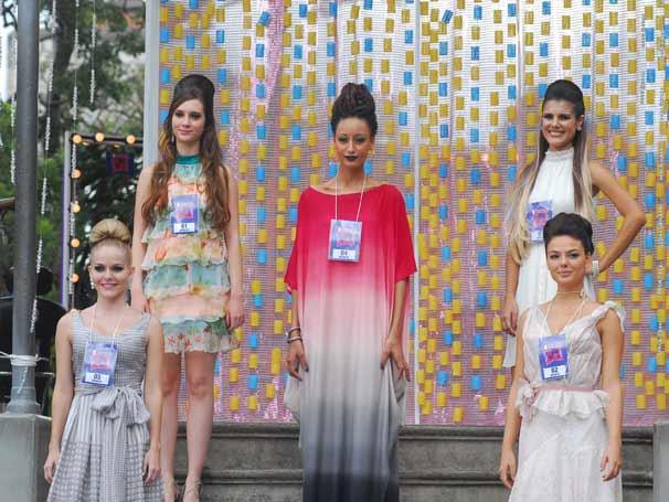 Marcela (Ísis Valverde) como modelo de Julinho no desfile do concurso de cabeleireiros